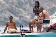 คริสเตียโน โรนัลโด ควงคุณแม่และลูกชายล่องเรือพักผ่อนหลังจบศึกยูโร