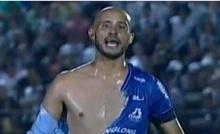 โมโหหนักมาก!!! นักเตะบราซิลถูกดึงเสื้อขาดวิ่น แต่ดั๊นไม่ได้จุดโทษ(คลิป)
