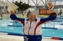 ทวด100ปี แตะขอบสระว่ายน้ำ1,500เมตรคนแรกของโลก!!!