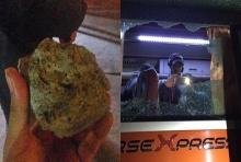 บอลแพ้คนไม่แพ้ แฟนเวียดฯล้อมรถนักเตะอินโด ขว้างก้อนหินใส่!!(คลิป)