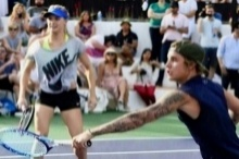 สมใจอยาก! บลูชาร์ดลงหวดเทนนิสการกุศลกับบีเบอร์