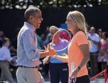′โอบาม่า′ โชว์ลีลาเล่นเทนนิสปะทะฝีมือ ′วอซเนียคกี้′ (คลิป)