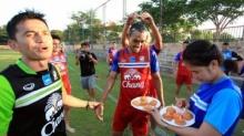 ชมบรรยากาศการอวยพรวันเกิด ′มุ้ย′ ธีรศิลป์ แดงดา กองหน้าทีมชาติไทย (คลิป)