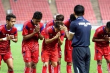 ภาพประทับใจ นักเตะกัมพูชา ยกมือไหว้ โค๊ชซิโก้