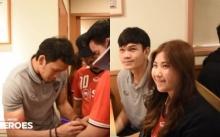 ฟินกันไป!! เมื่อแฟนบอลเมืองทองที่ตามไปเชียร์ที่ญี่ปุ่น ได้นั่งกินข้าวร่วมกับนักเตะ (มีคลิป)